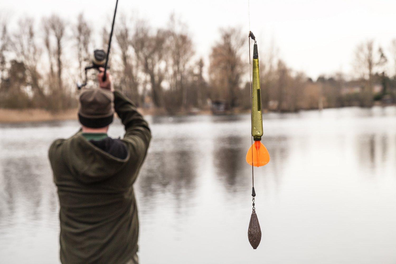 Рыбак с маркерной удочкой