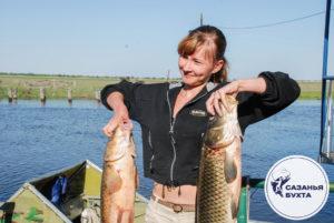 Девушка с рыбой сазан