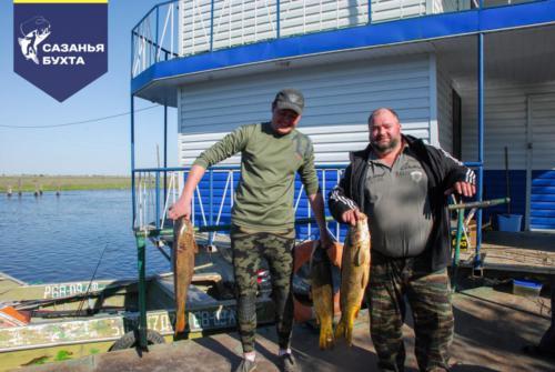 Рыбаки с уловом сазанов