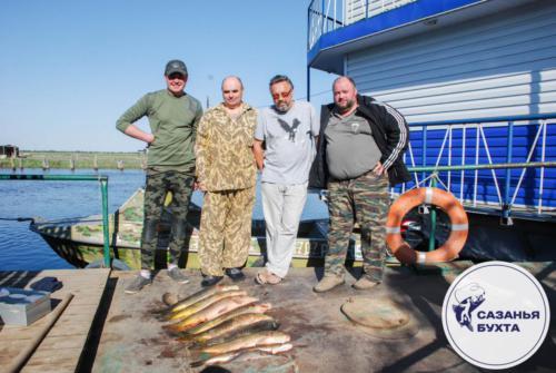 Рыбаки с пойманными сазанами