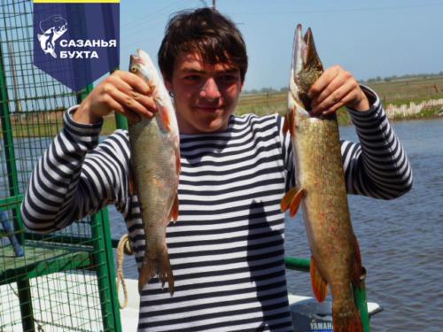 Рыбак с уловом щуки и жереха