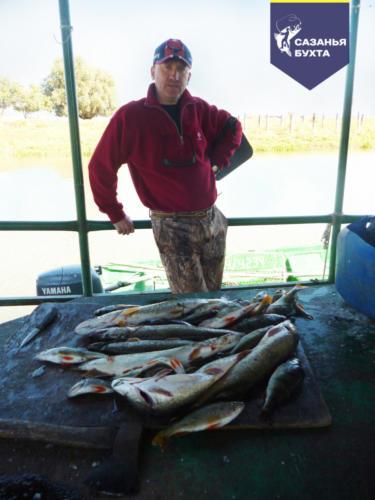Рыбак с уловом на Рыболовной базе