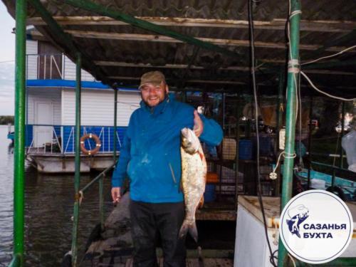 Рыбак с пойманным жерехом