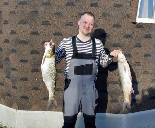 Рыбак с пойманными жерехами