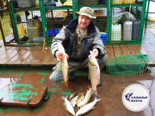 Рыбак с уловом на Базе